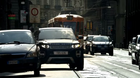 nella pubblicit del nuovo range rover se non hai il suv ti attacchi al tram. Black Bedroom Furniture Sets. Home Design Ideas